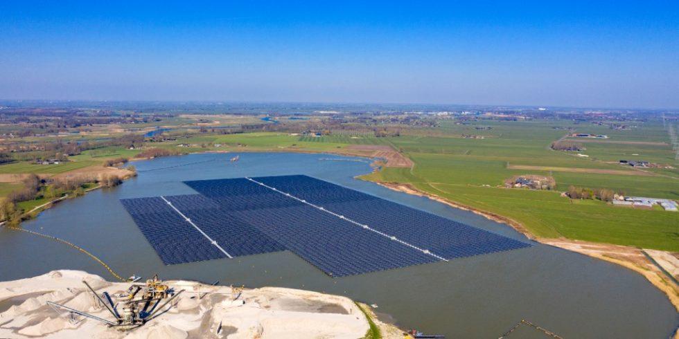 Auf einem Baggersee bei Zwolle in den Niederlanden schwimmen 73 000 Photovoltaik-Module auf miteinander verbundenen Solarbooten. Die Module haben eine Nennleistung von 27,4 Megawatt. Foto: BayWa r.e.
