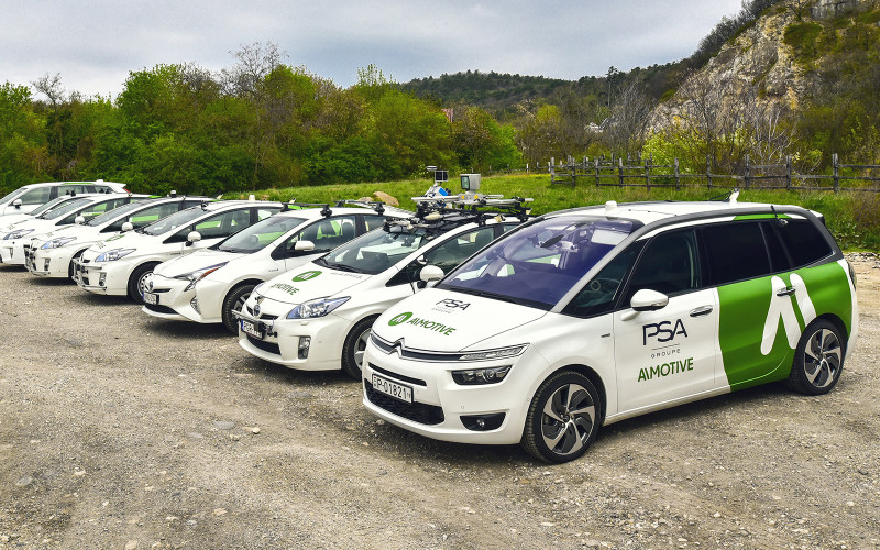 AImotive Fahrzeuge auf Parkplatz