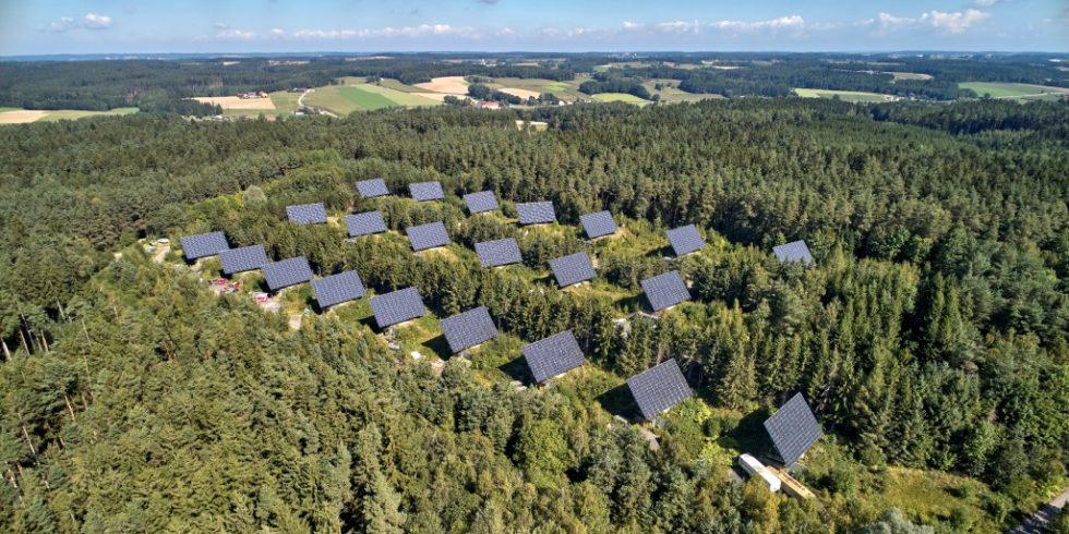 Die Landshuter Firma Elektro Ecker hat auf allen 22 Bunkern eines ehemaligen Bundeswehrgeländes im niederbayrischen Falkenberg  Photovoltaik-Anlagen montiert. Diese sind beweglich und werden nach dem Sonnenstand ausgerichtet. Foto: Phoenix Contact