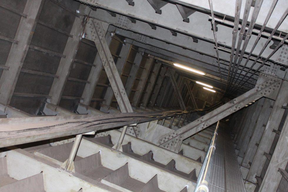 Im Inneren der Brücke finden sich jede Menge Stahlträger, Kanten und Nähte