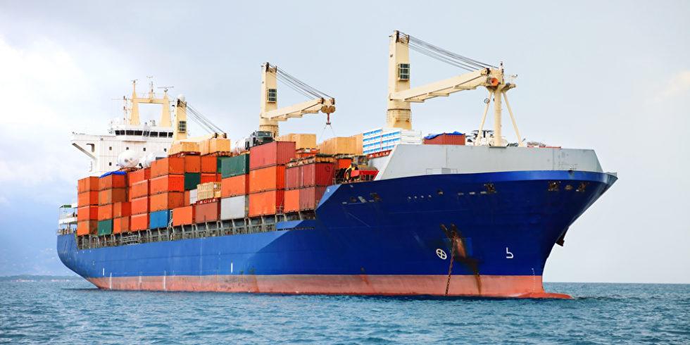 Containerschiff auf dem Mittelmeer