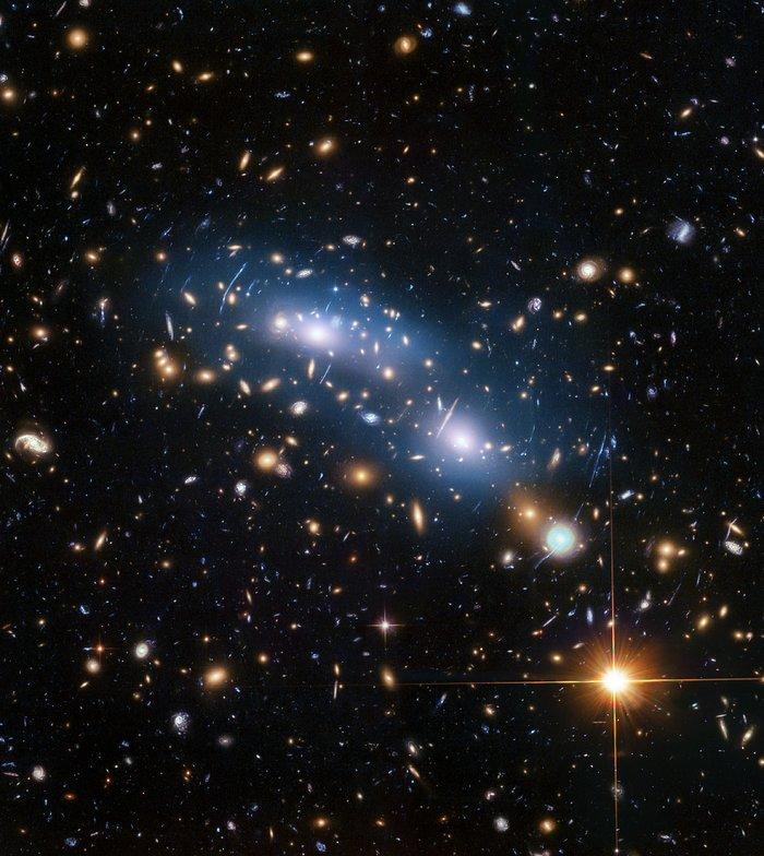 Dieses Bild vom Hubble-Weltraumteleskop der NASA / ESA zeigt den Galaxienhaufen MACS J0416. Dies ist einer von sechs Clustern, die vom Hubble Frontier Fields-Programm untersucht wurden und die tiefsten Bilder von Gravitationslinsen lieferten, die jemals gemacht wurden.<br />Die Wissenschaftler verwendeten Intracluster-Licht (blau sichtbar), um die Verteilung der dunklen Materie innerhalb des Clusters zu untersuchen. Foto:<br />NASA, ESA und M. Montes (Universität von New South Wales, Sydney, Australien)