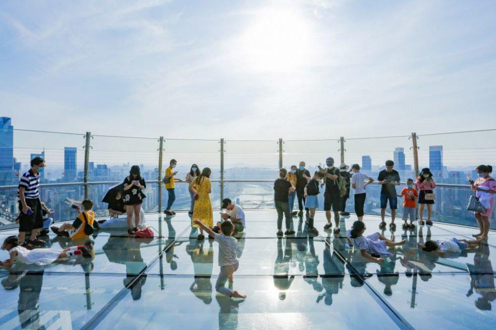 Besucher und Aussicht auf Chongqing auf dem Glasboden-Himmelsdeck.