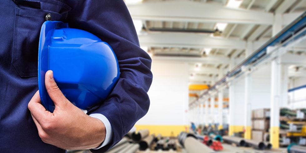 Helm unterm Arm Industriehalle
