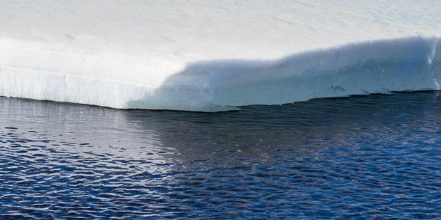 Wasser um Eisscholle