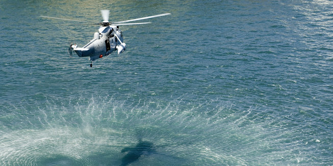 Hubschrauber über dem Meer