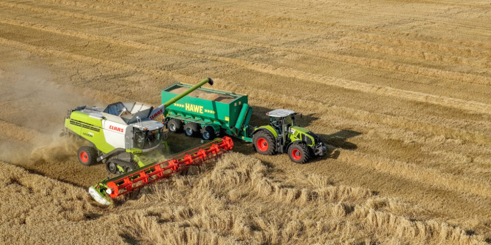 Traktor mit Mähdrescher