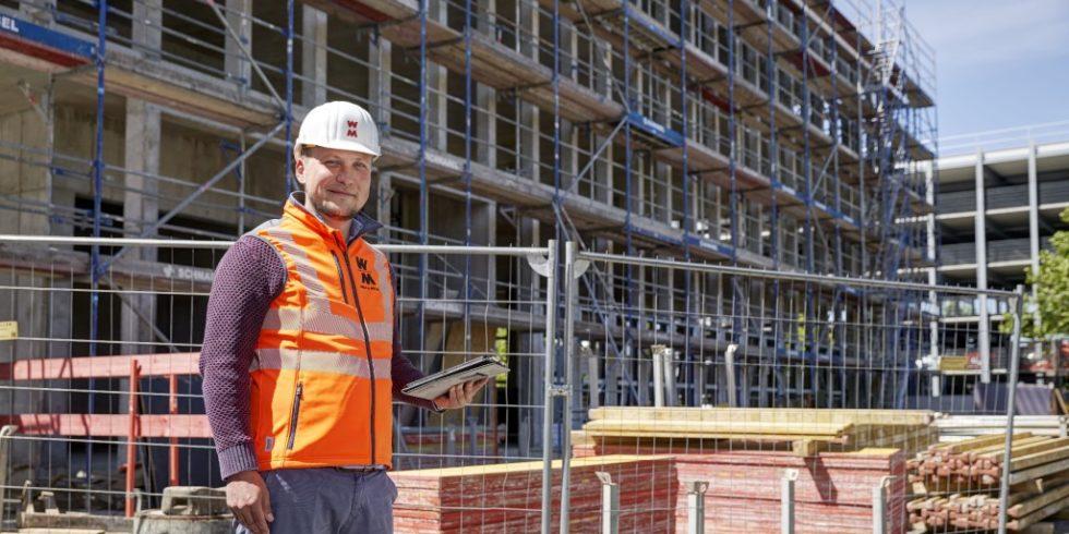 Projektleiter Patrick Malota vor der Baustelle