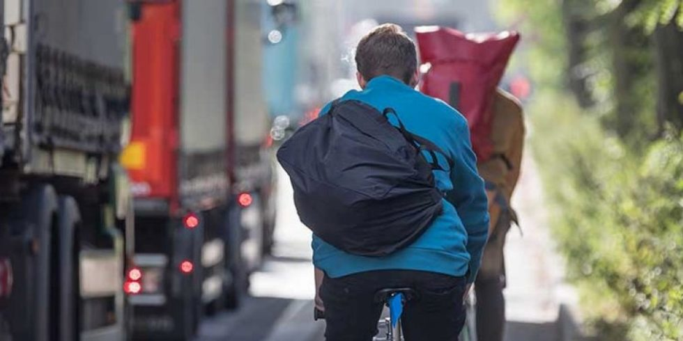 Szene aus dem Straßenverkehr, Radfahrer