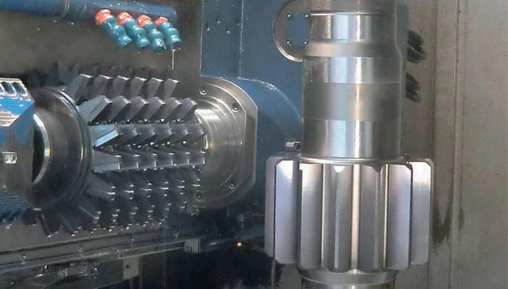 Schäl-Wälzfräser aus Hartmetall im Einsatz: Durch das Schälwälzfräsen wird der Härteverzug beseitigt und die Qualität der Verzahnung verbessert. Foto: LMT Fette