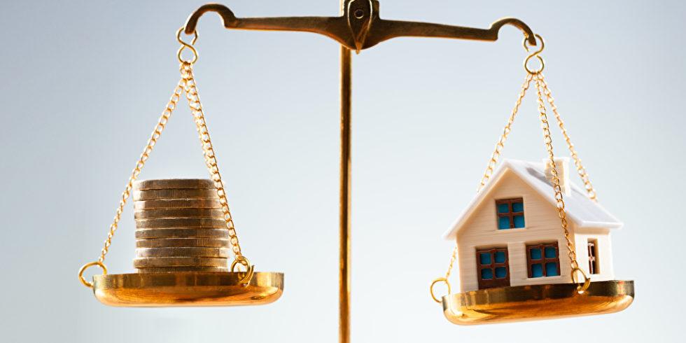 Waage Geld und Haus
