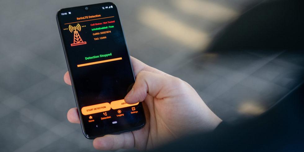 Smartphone mit App, die Funkzellen aufspürt