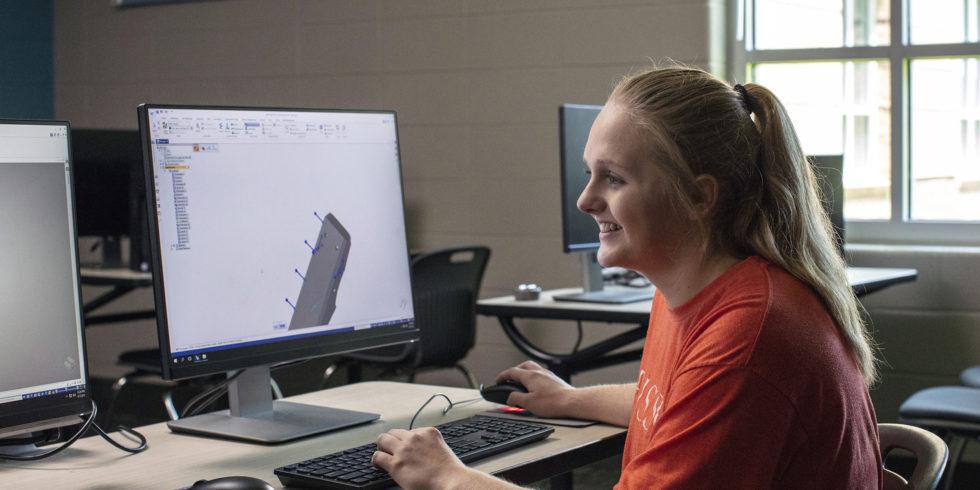Eine Siemens-Mitarbeiterin am Arbeitsplatz.