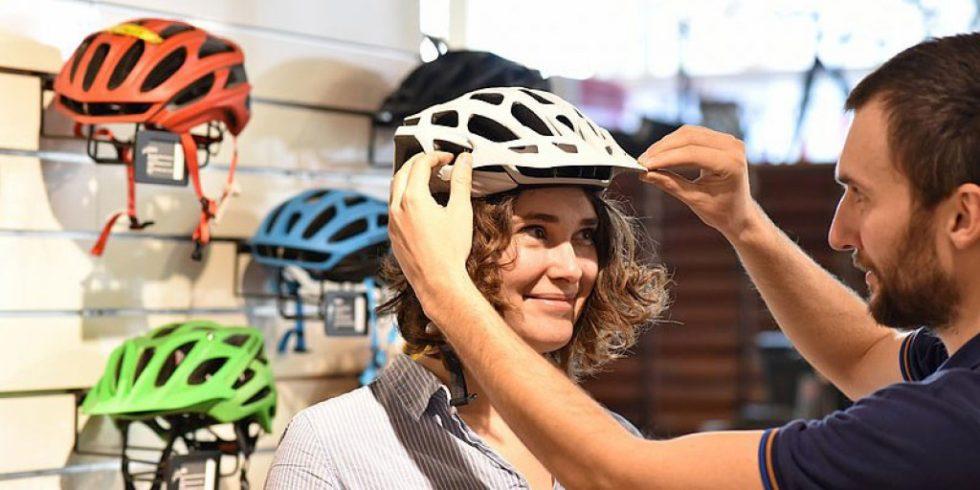 Immer mehr junge Menschen tragen einen Fahrradhelm. Laut einer aktuellen Erhebung der Bundesanstalt für Straßenwesen, hat sich die Helmtragequote bei den 22–30-Jährigen im Vergleich zum Vorjahr mehr als verdoppelt. Foto: Adobe Stock