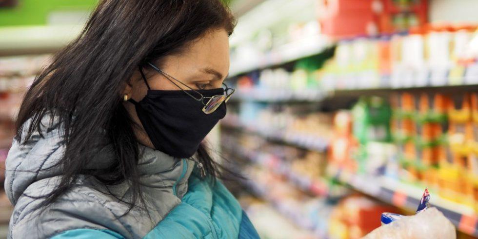 Ob beim Einkaufen oder in der Bahn: die Schutzmaske muss sitzen. Foto: PantherMedia/Zdenek Fiamoli