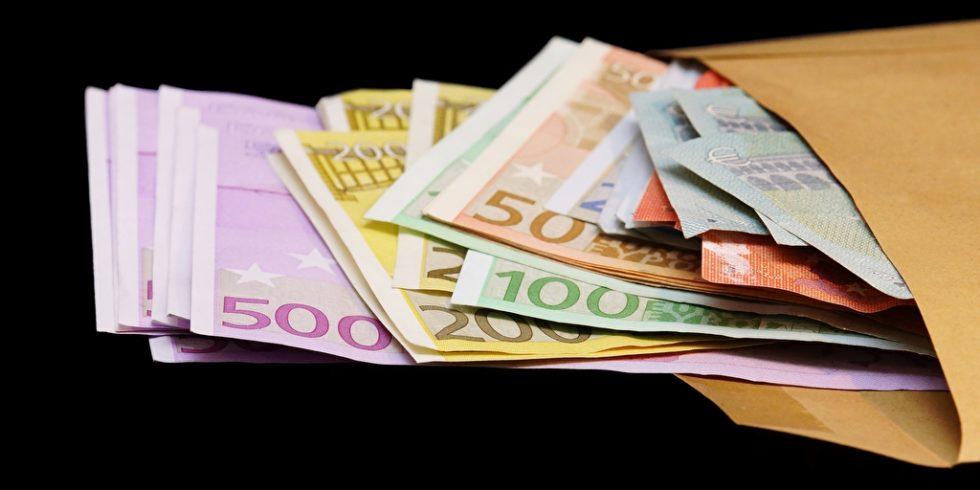 Geld aus Umschlag