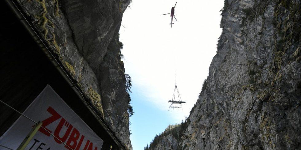 Die vorgefertigten Bauteile der neuen Bogenbrücke in der Höllentalklamm werden per Helikopter geliefert. Foto: Ed. Züblin AG, Angelika Warmuth
