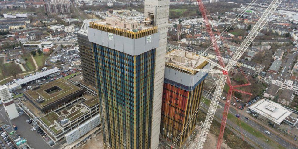Schritt für Schritt wurde beim Abwärtsklettern der Schutzschilde die Stockwerke des Funkhauses der Deutschen Welle abgetragen. Foto: Doka