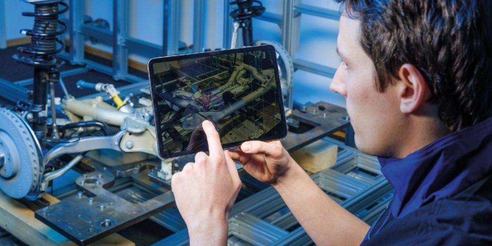 Für den Soll-Ist-Abgleich mithilfe des mobilen AR-Prüfsystems nimmt der Prüfingenieur die Bauteile auf, die lagerichtig mit den CAD-Modellen überlagert werden. Foto: Fraunhofer IGD