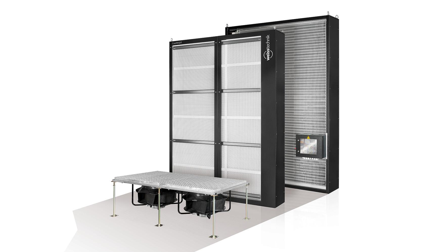 Die Vindur® CoolWall von Weiss Klimatechnik wird zum Teil des Serverraums. Die fast wandhohen Wärmetauscher bilden die Trennwand zwischen IT-Technik und Versorgungsraum. Der Lufttransport erfolgt durch große Ventilatoren im Doppelboden. Foto: Weiss Klimatechnik GmbH