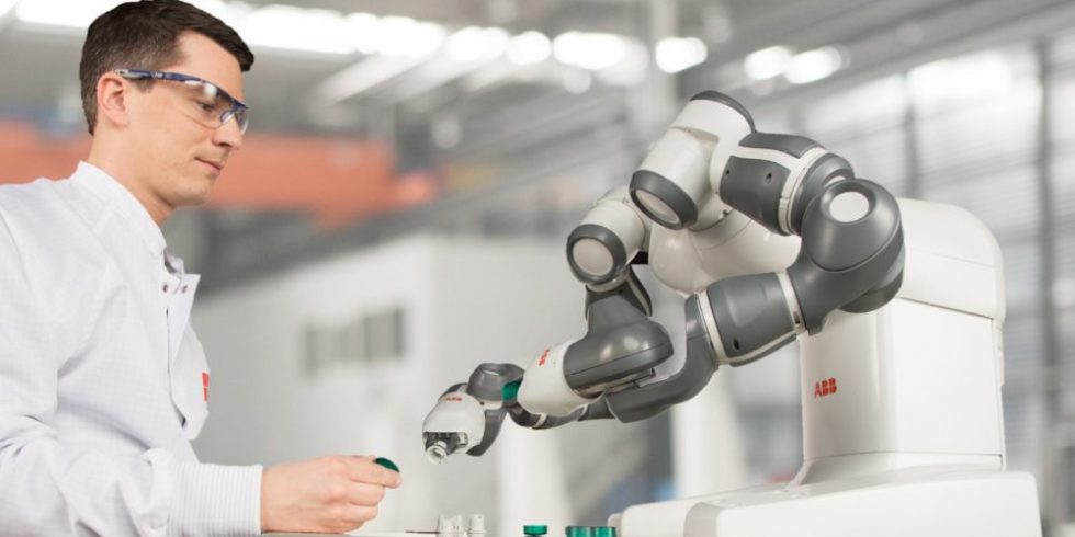 Zweiarmiger Roboter greift Teile