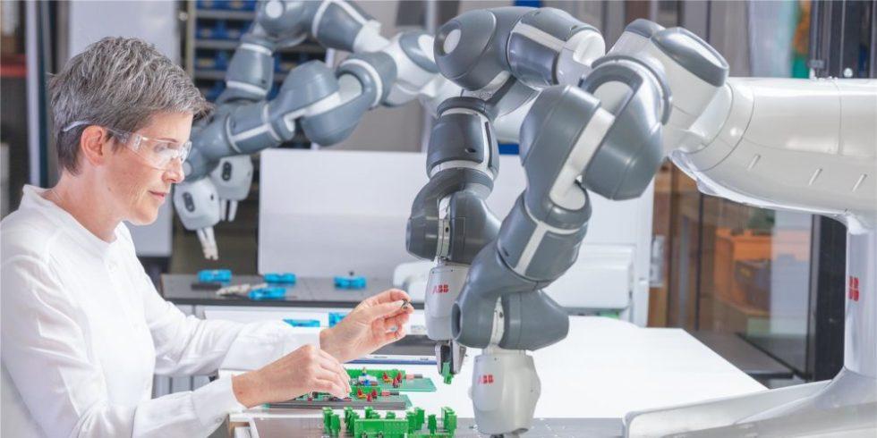 Der zweiarmige Roboter beim Stecken von Teilen