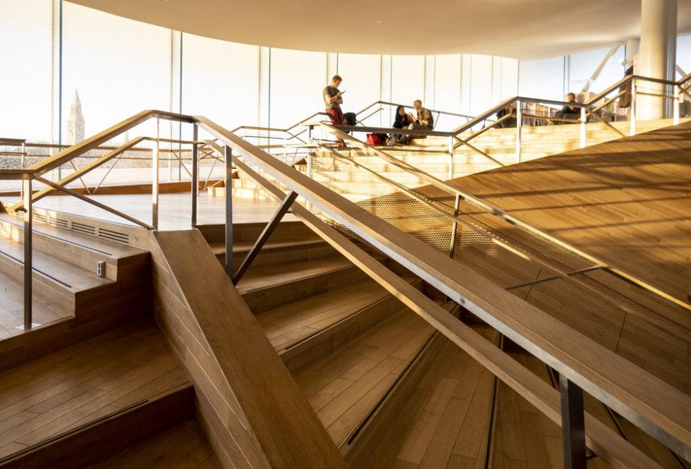 Treppen aus Holz mit Besuchern Oodi