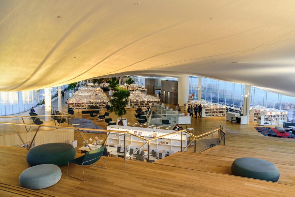 Sitzflächen und Raum der Oodi Bibliothek