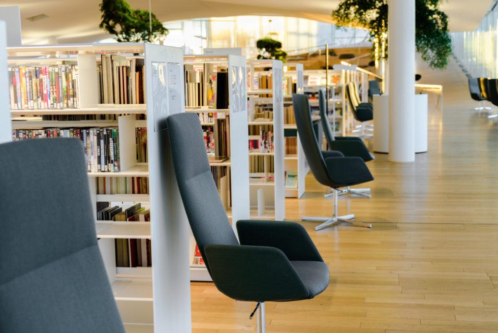 Oodi Bibliothek innen mit Stühlen