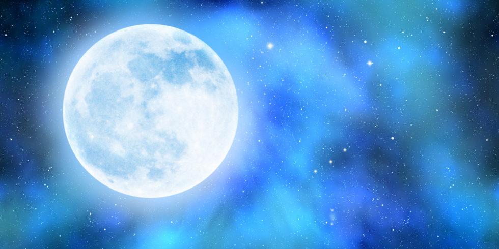 Mond mit Sternen und Nebel