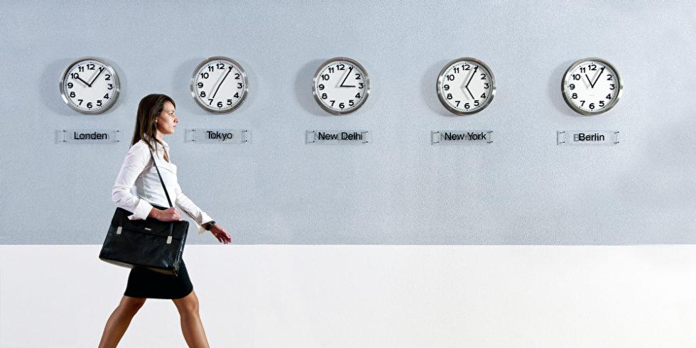 Frau Business läuft an Uhren vorbei