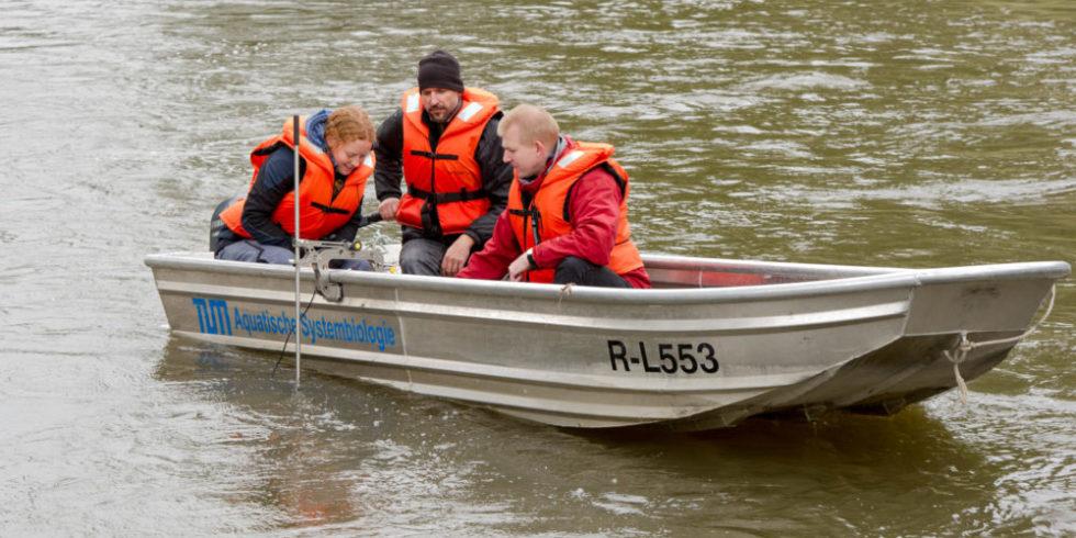 Forscher im Boot mit Sonargerät