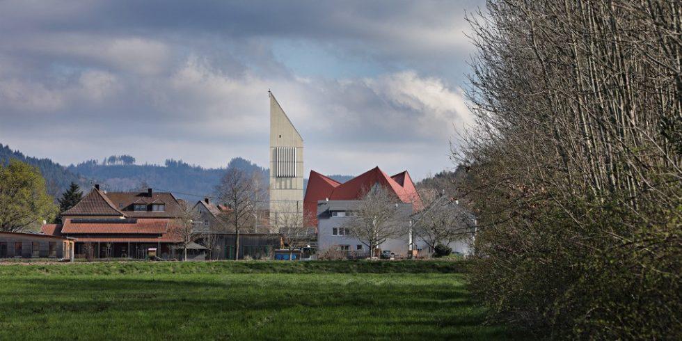 Die Dorfkirche St. Georg hat nach 500 Jahren einen Kirchturm erhalten. Prägendes Material ist Holz. Foto: Oliver Kern
