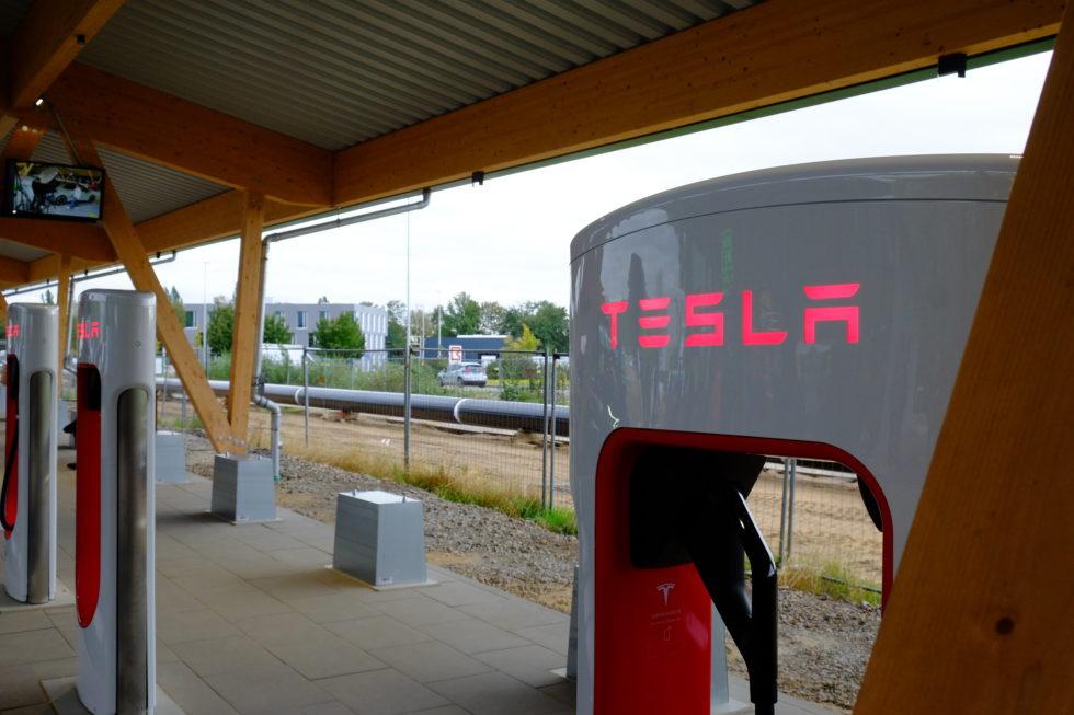 Tesla-Ladestationen in Hilden.<br />Foto: Peter Sieben
