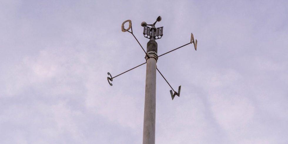 Eine Wetterstation mit Anemometer zeigt die Windstärke an. Diese beeinflusst den NO2-Gehalt. Bild: PantherMedia  / Sabine Thielemann