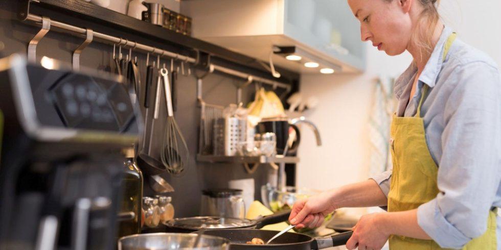 Beim Kochen zu Hause entsteht Feinstaub. Foto: PantherMedia  / matej kastelic