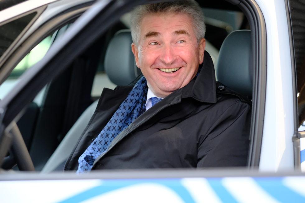 NRW-Wirtschaftsminister Andreas Pinkwart im VW id.3.