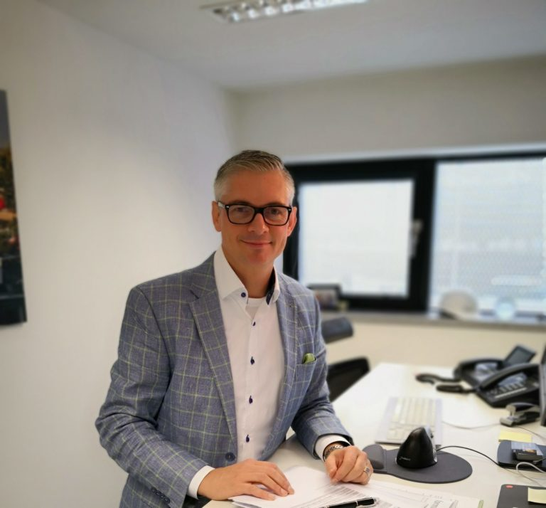 Sascha Wenzler an seinem Schreibtisch. Foto: privat