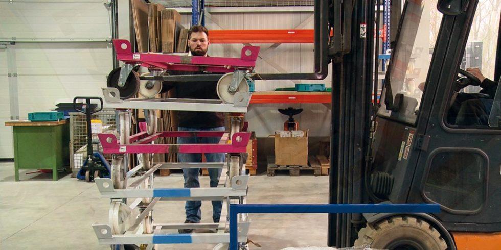 Das manuelle Auftürmen von Trolleys bindet wesentlich mehr Personal. Es birgt außerdem erhebliche Verletzungsrisiken. Foto: MWB