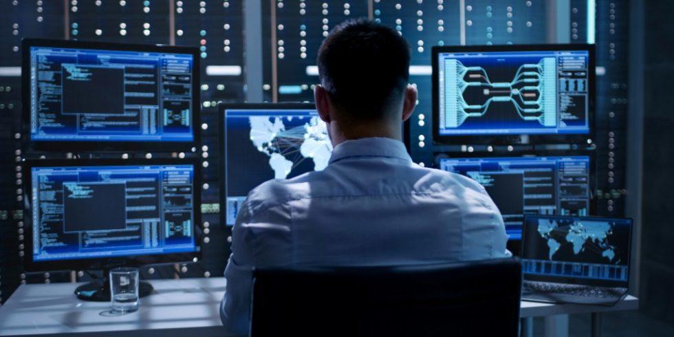 Systemsicherheitsspezialist in der Systemzentrale. Quelle: PantherMedia / Gorodenkoff