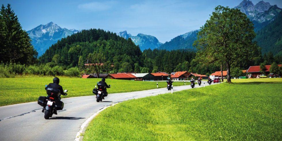 Besonders gerne fahren die Biker durch malerische Landschaften. Manchmal auch mit lärmend röhrendem Motor. Quelle: Panther Media/ Anna Omelchenko