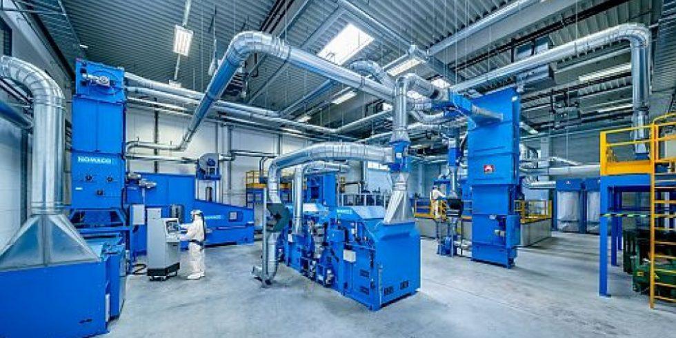"""Anlagentechnik zum Carbonfaser-Recycling im Zentrum für Textilen Leichtbau am STFI: Derartige Fasern werden in ihrem """"ersten Leben"""" z.B. am Batteriekasten von E-Mobilen oder in Strukturbauteilen der Karosserie genutzt. Foto: Dirk Hanus"""