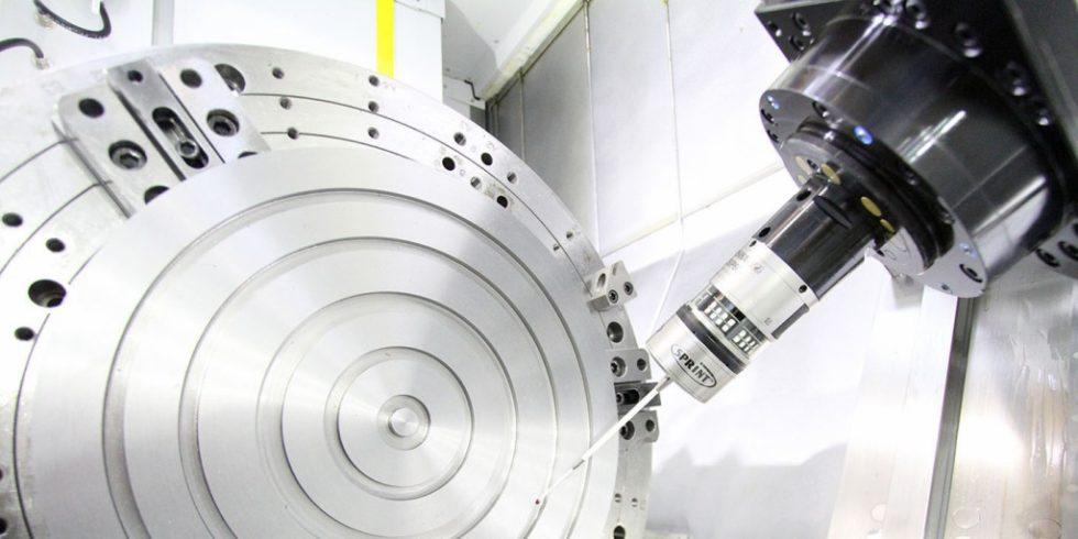 """Ein """"Sprint""""-Messtaster vermisst ein komplexes Bauteil: Software, Bearbeitungs- und Messtechnik sorgen gemeinsam für die notwendige hohe Prozesssicherheit bei der Closed-Door-Bearbeitung. Foto: Niles-Simmons"""