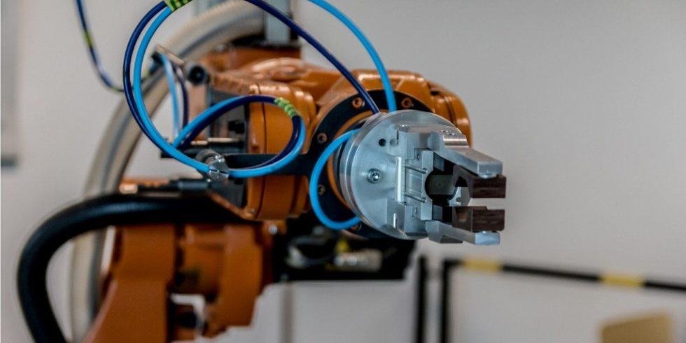 Indusrieroboter mit Greifer: Teuren, universell einsetzbaren Robotertypen mit aufwendiger Mechanik  wird im Robotermarkt ein weniger großes Wachstum prognostiziert. Foto: Jarmoluk/Bestgroup