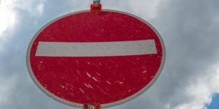 Durchfahrt-verboten-Schild vor wolkigem Himmel