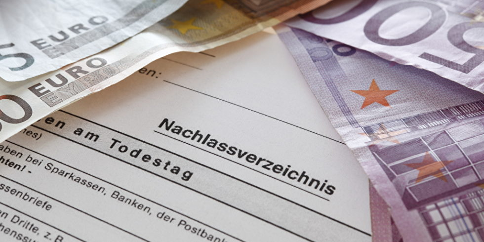 Geldscheine und Formular Nachlass