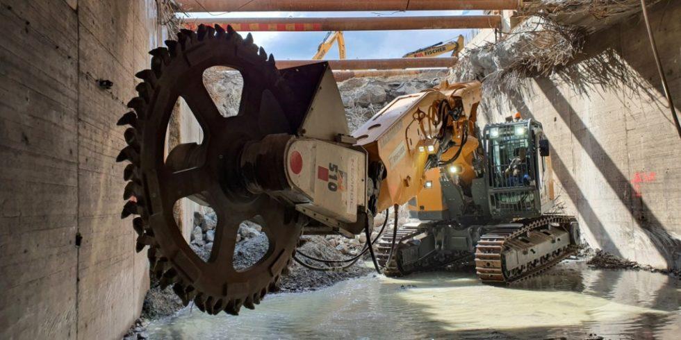 Ein Stadtbahntunnel in Stuttgart wird in mehreren Arbeitsschritten abgebrochen, hier mit einem Tunnelbagger und Schneidrad. Foto: KEMROC
