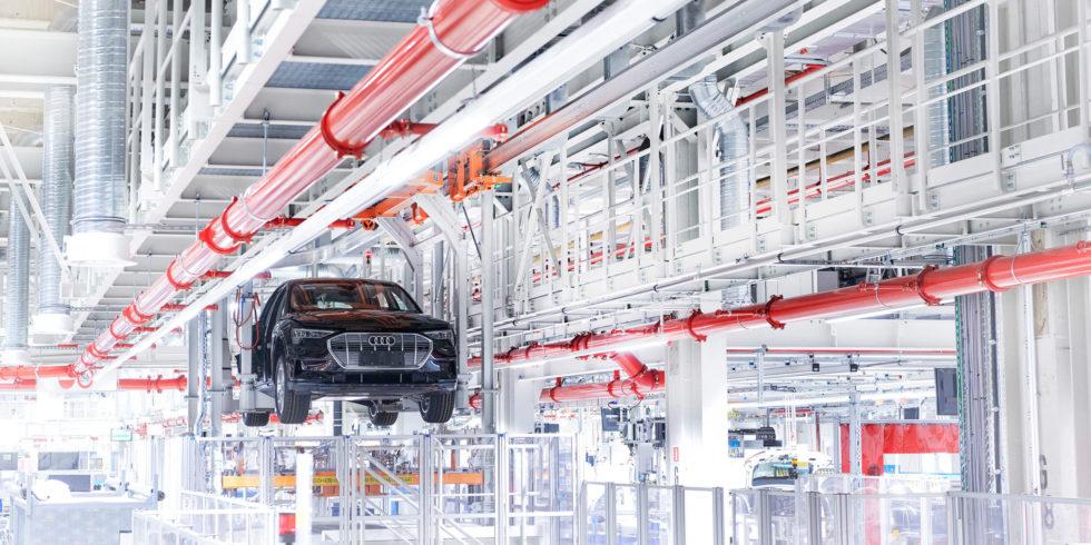 Audi e-tron: Stromverbrauch kombiniert in kWh/100 km: 24,3 - 21,0 (NEFZ); CO2-Emissionen kombiniert in g/km: 0 Angaben zu den Kraftstoff-/Stromverbräuchen und CO2-Emissionen bei Spannbreiten in Abhängigkeit von der gewählten Ausstattung des Fahrzeugs. Foto: AUDI AG