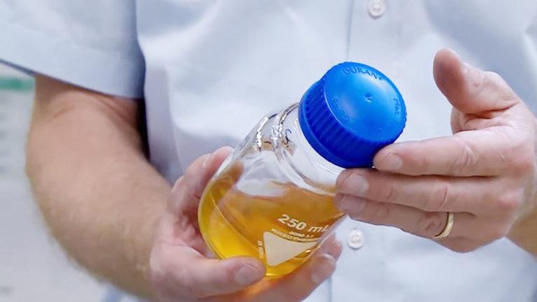 Automobile Kunststoffbauteile werden durch chemisches Recycling zu Pyrolyseöl verarbeitet.<br />Die Qualität dieses Öls entspricht der von Erdölprodukten, daraus hergestellte Materialien sind ebenso hochwertig wie Neuwaren. Foto: AUDI AG