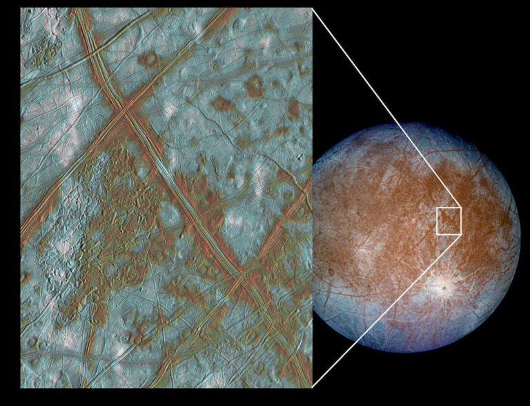 Die eisige Oberfläche des Jupitermondes Europa. Unter der gewaltigen Eiskruste ist ein riesiger Ozean aus flüssigem Wasser, davon sind die Forschenden überzeugt. Durch Strömungen und Gezeitenkräfte kommt es zu Rissen in der Kruste. Foto: NASA/JPL/University of Arizona